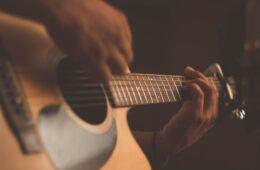 Pingelen op een gitaar van MaxiAxi